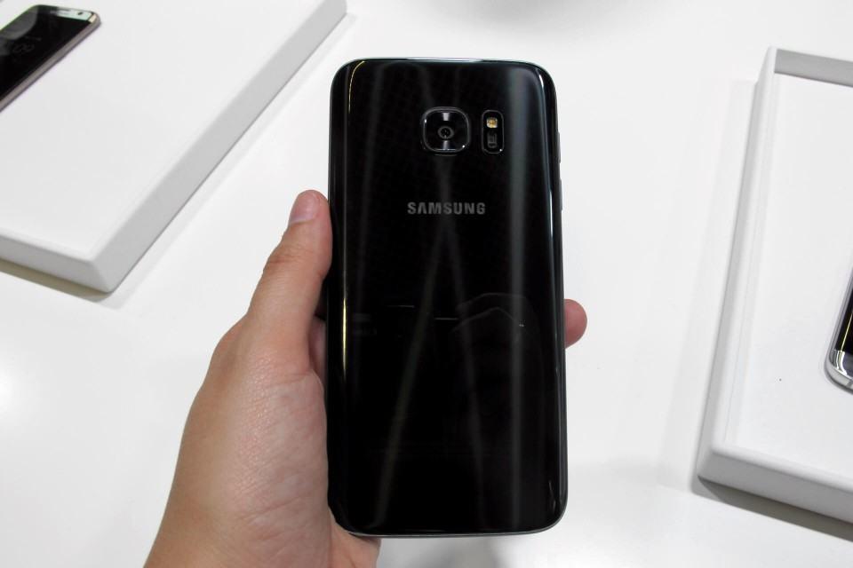 Galaxy S7 na mão.
