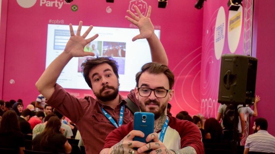 YouTubers gravando vídeo com o celular.