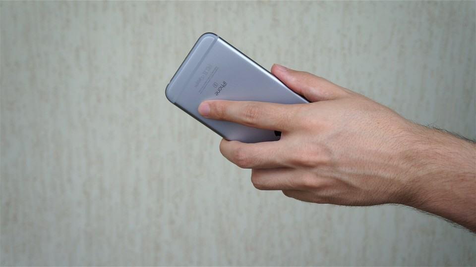 iPhone segurado da forma certa para gravar voz.