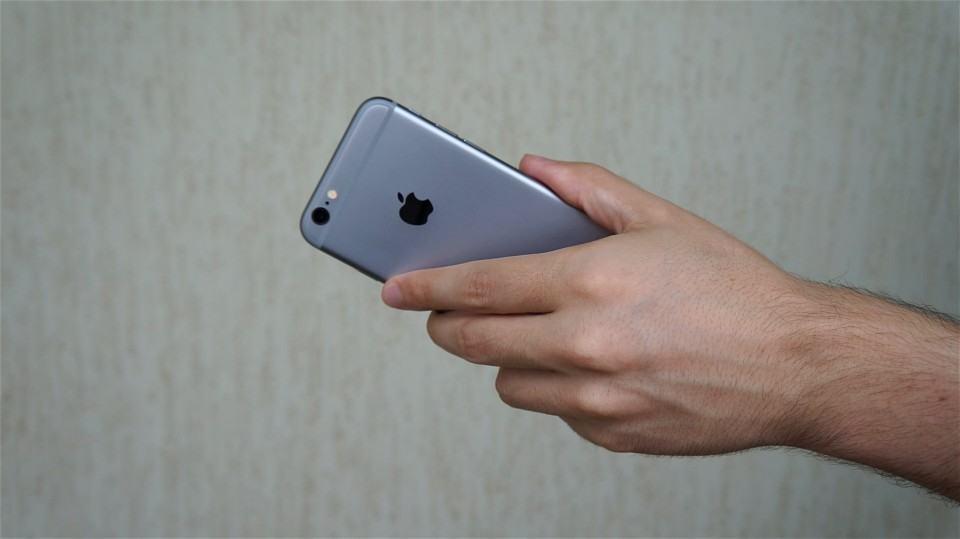 iPhone segurado da forma errada para gravar voz.