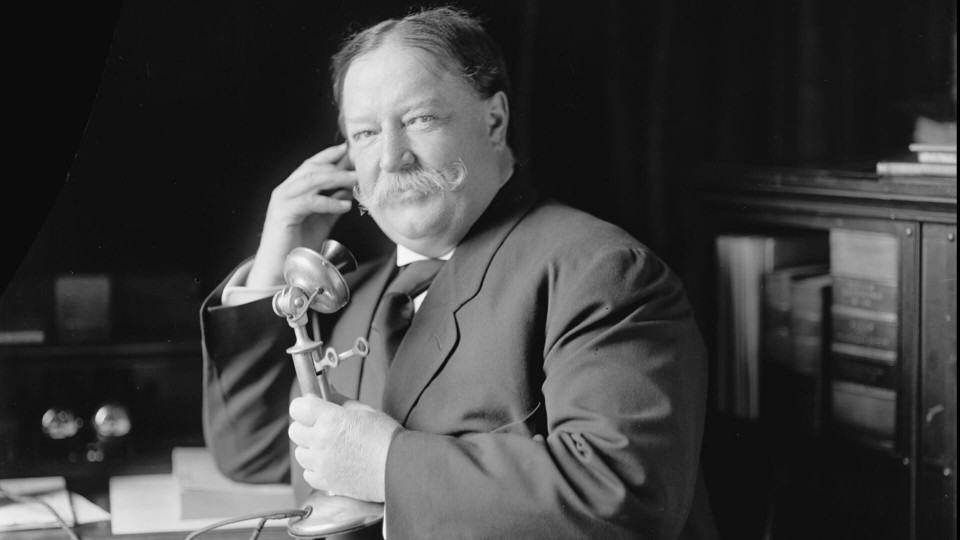 William Howard Taft falando ao telefone.