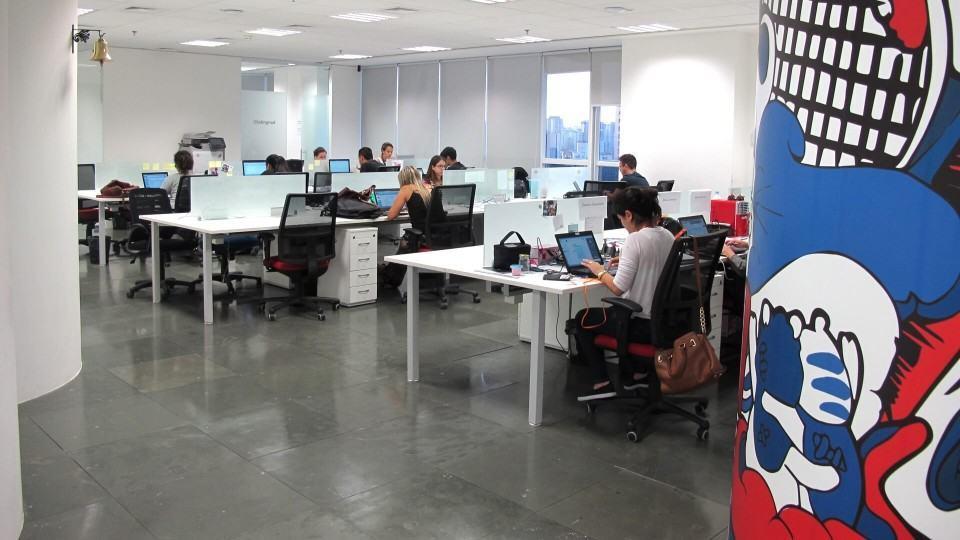 Funcionários do Peixe Urbano trabalhando em suas baias no escritório em São Paulo.