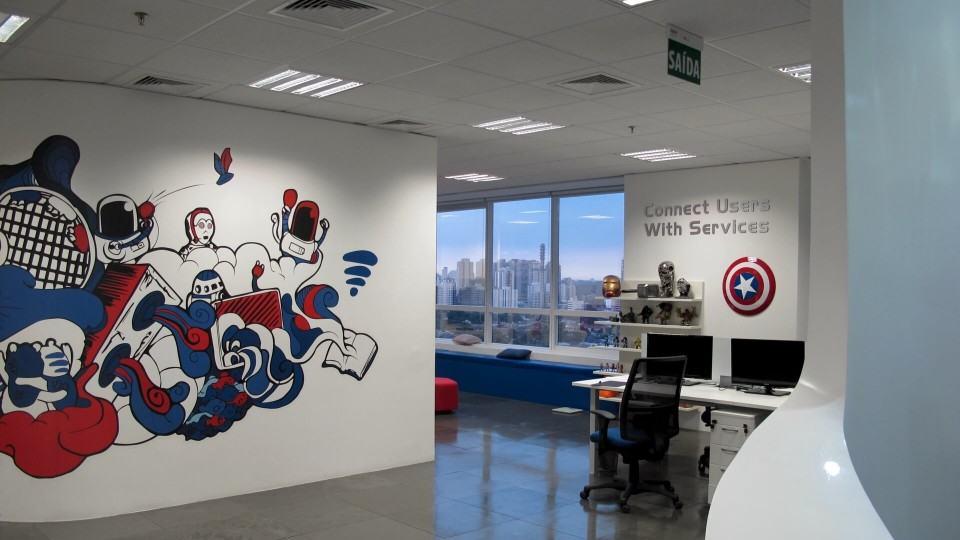 Pintura na parede e objetos decorativos no Baidu.