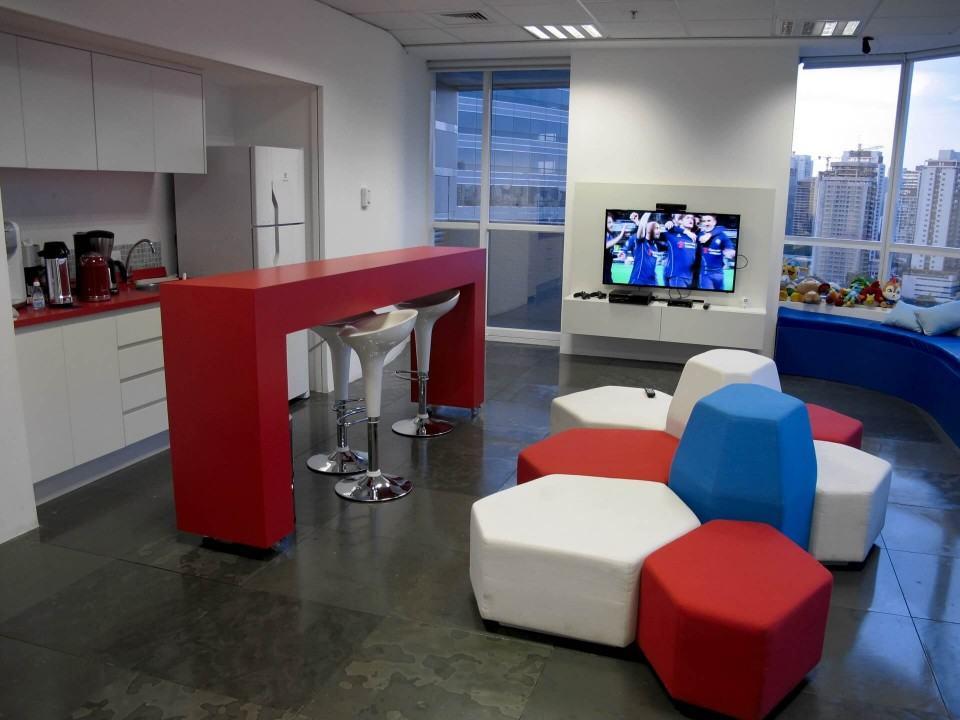 Cozinha e TV no escritório do Baidu no Brasil.