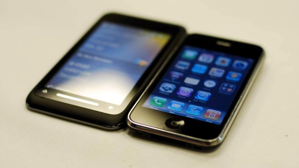 Toshiba TG01 e iPhone 3G lado a lado.