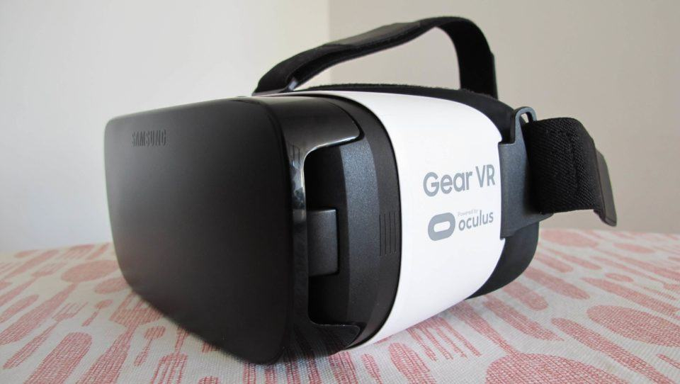 Gravura da Oculus no corpo do Gear VR.