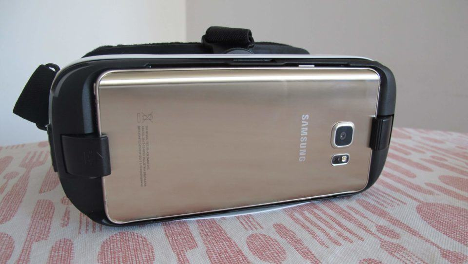 Galaxy Note 5 acoplado ao Gear VR.