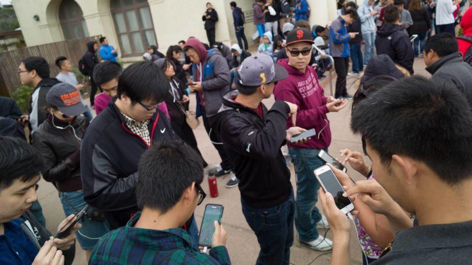Pessoas aglomeradas em um ponto de Pokémon Go.