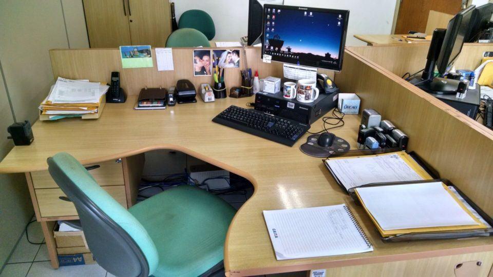 Mesa de trabalho do Rodrigo Santiago.