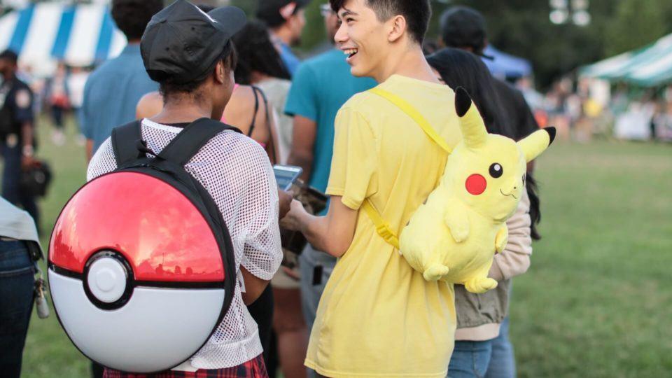 Jogadores de Pokémon Go com mochilas temáticas.