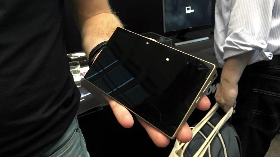 Ockel Sirius A, smartphone com Windows 10, na mão.