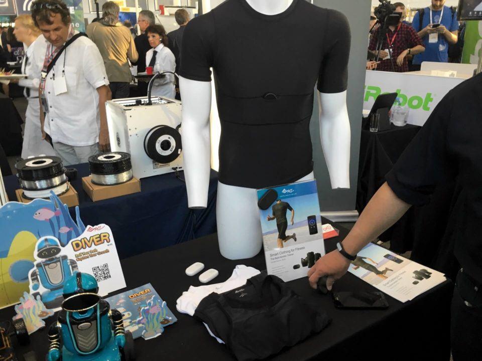 Estande da XYZ exibindo produtos com uma camiseta com etiqueta Bluetooth em destaque.
