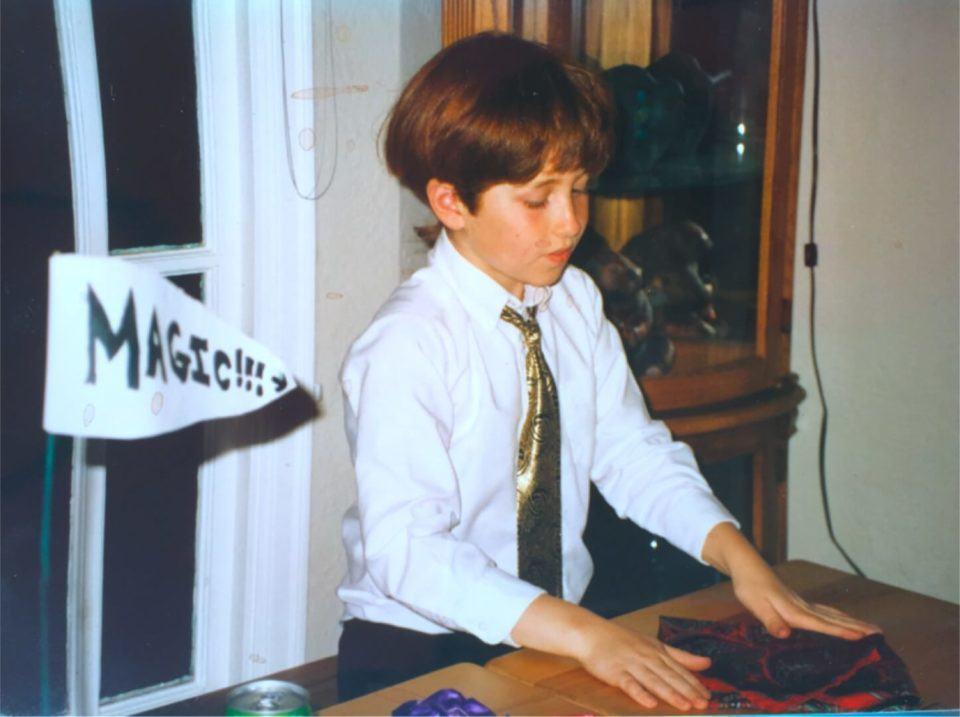 Tristan fazendo mágica quando era criança.