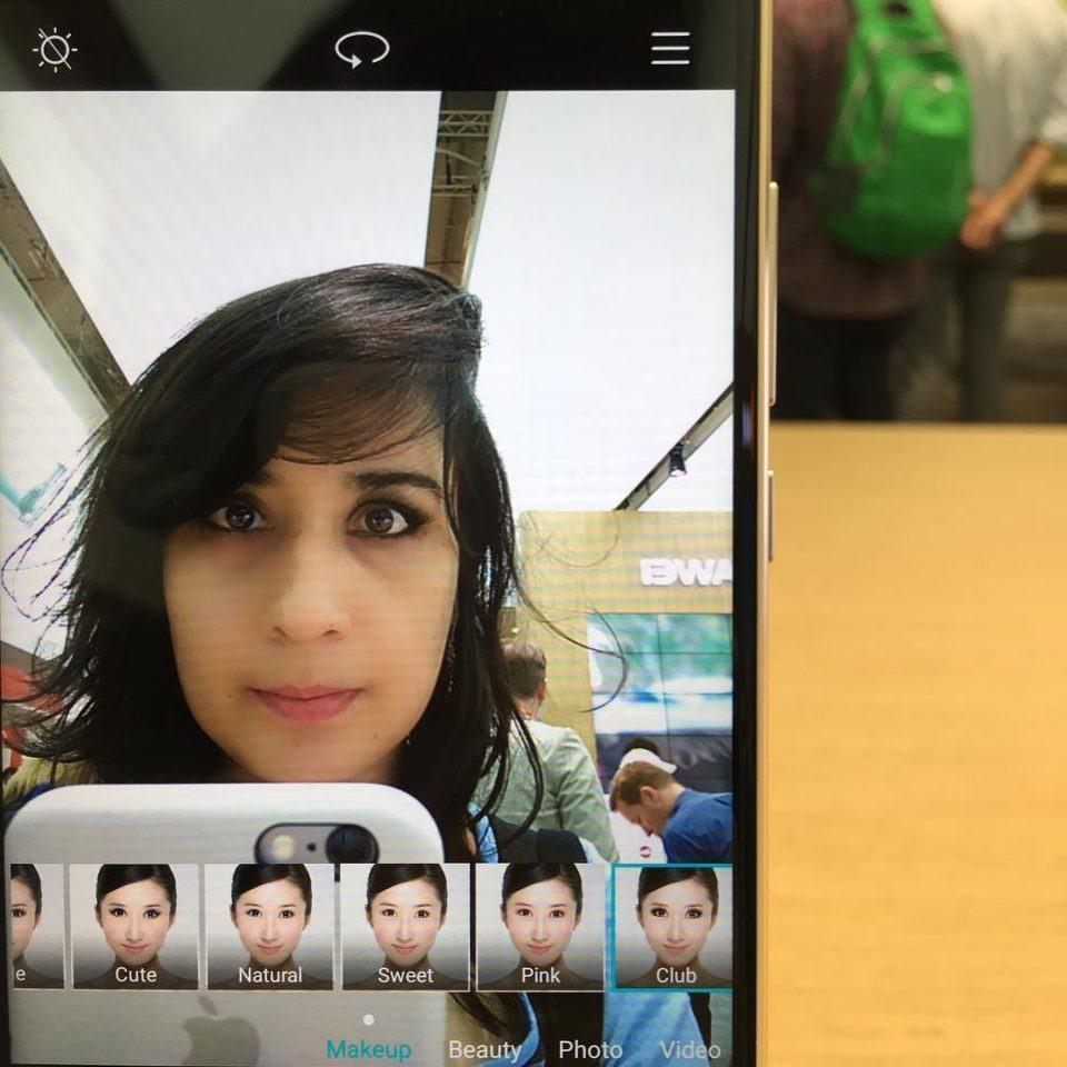 Emily na câmera frontal de um smartphone da Huawei.