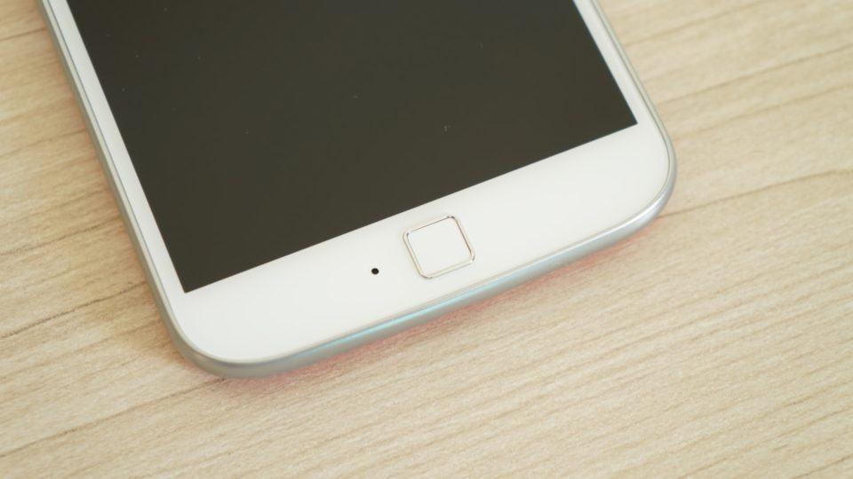 O sensor de digitais, no Moto G4 Plus, fica na frente.