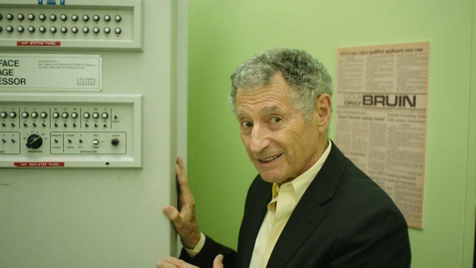 Leonard Kleinrock ao lado do modem mostrado em Lo and Behold.