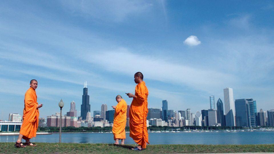 Monges usando smartphones em Chicago. Cena de Lo and Behold.