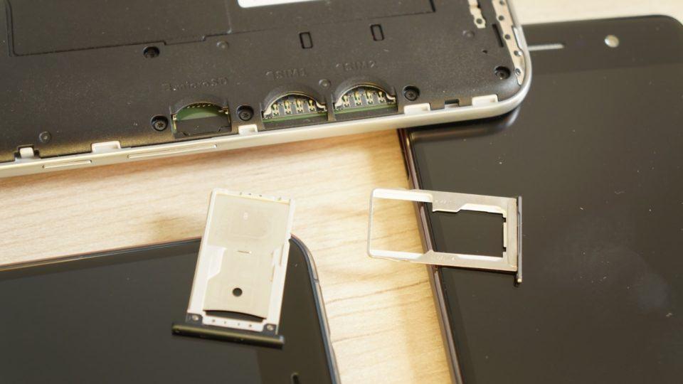As bandejas e slots para SIM cards e cartões de memória dos três smartphones.