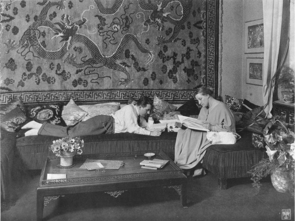 Fritz e Thea leem no sofá.