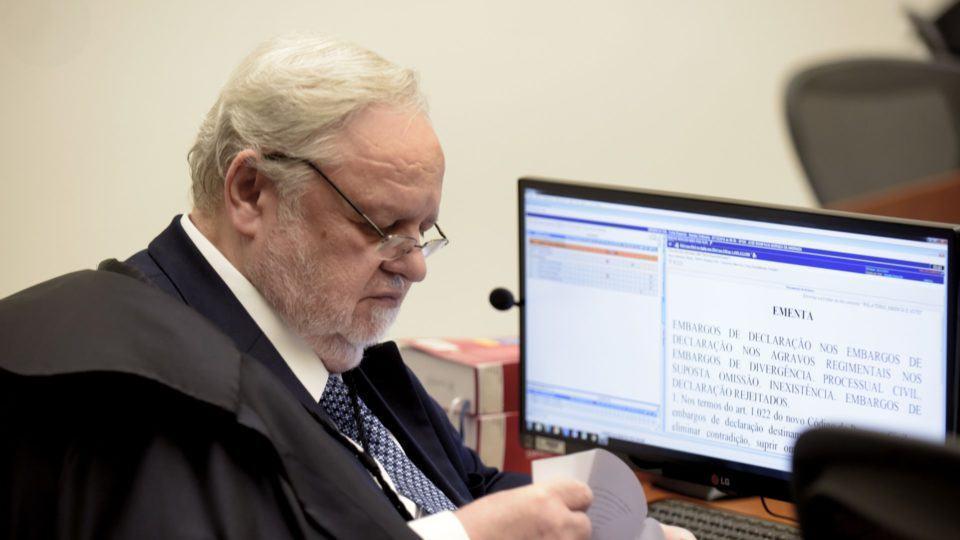 Ministro Felix Fischer analisa processo em um computador com Windows.