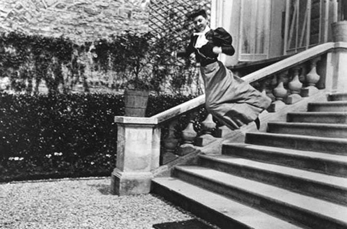 Mulher pula escadaria e é fotografada enquanto paira no ar.
