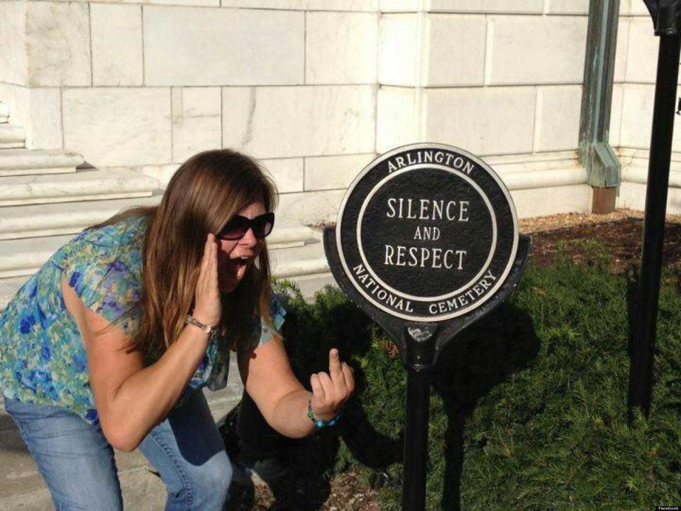 Lindsey Stone em sua infame foto.