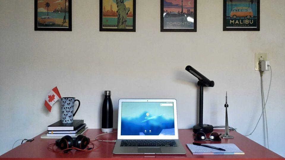 Mesa de trabalho do Celso Celante.