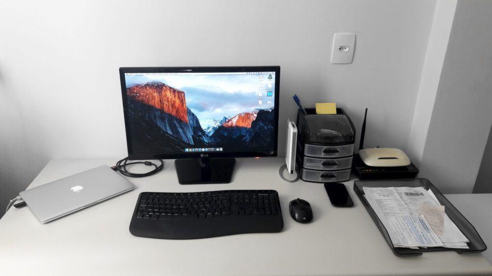 Mesa de trabalho do Igor Ghisi.