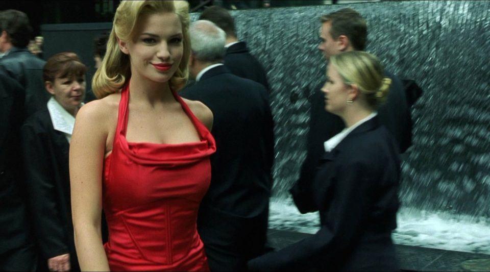 Mulher de vestido vermelho de Matrix.
