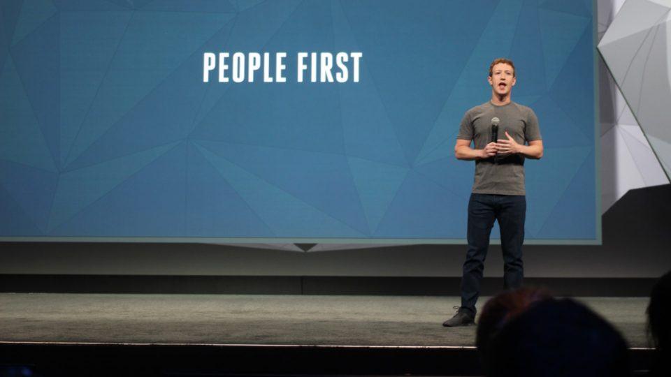 """Zuckerberg no palco com os dizeres """"Pessoas primeiro"""" atrás."""