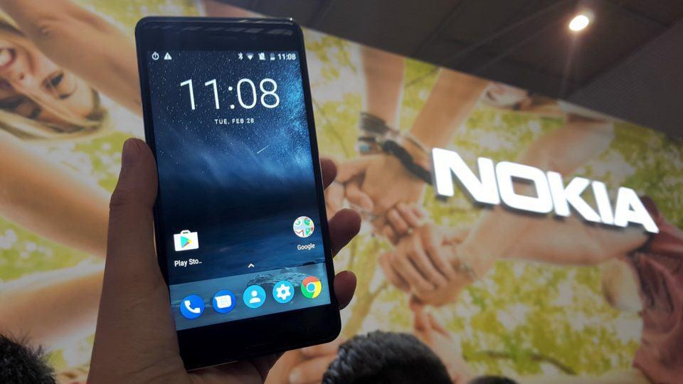 Nokia 5 no estande da HMD Global no MWC 2017.