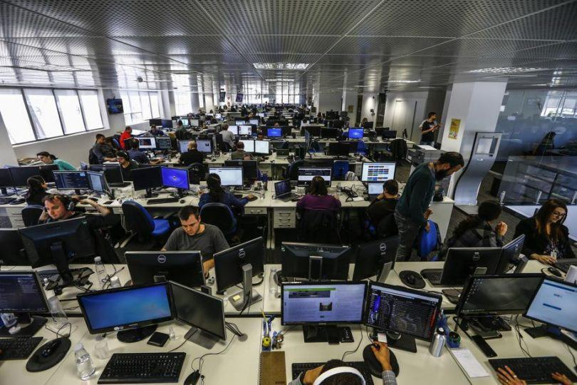 Foto aérea de pessoas trabalhando na redação da Gazeta do Povo, em Curitiba.