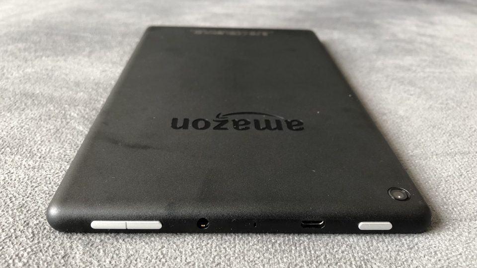 Detalhe dos botões e do acabamento na parte de trás do Kindle Fire HD8.
