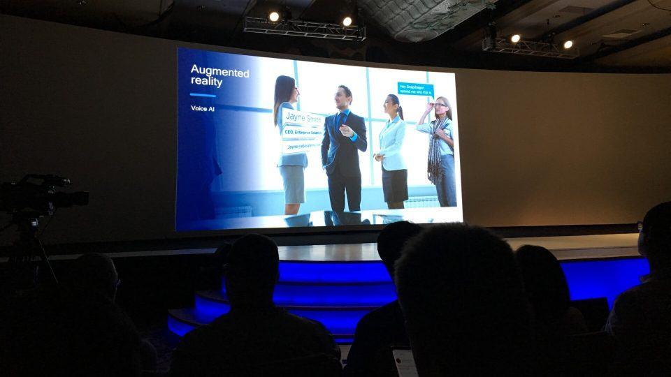 Slide mostrando uso de realidade aumentada para oferecer informações de outra pessoa apenas olhando para ela.