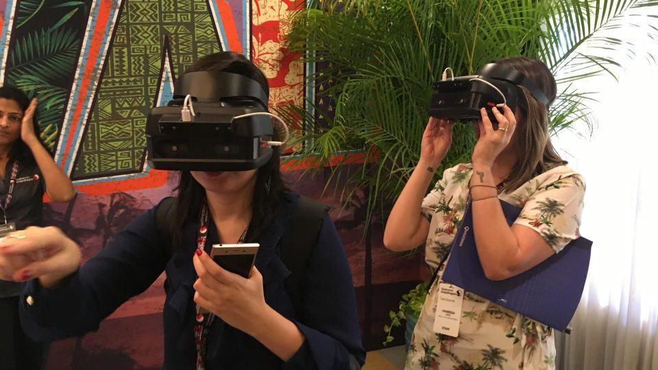 Duas mulheres usando óculos de realidade virtual.