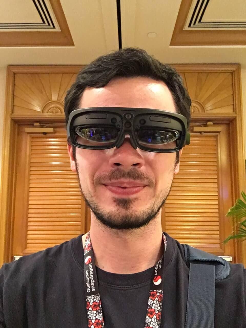 Selfie usando os óculos R-9, da ODG.