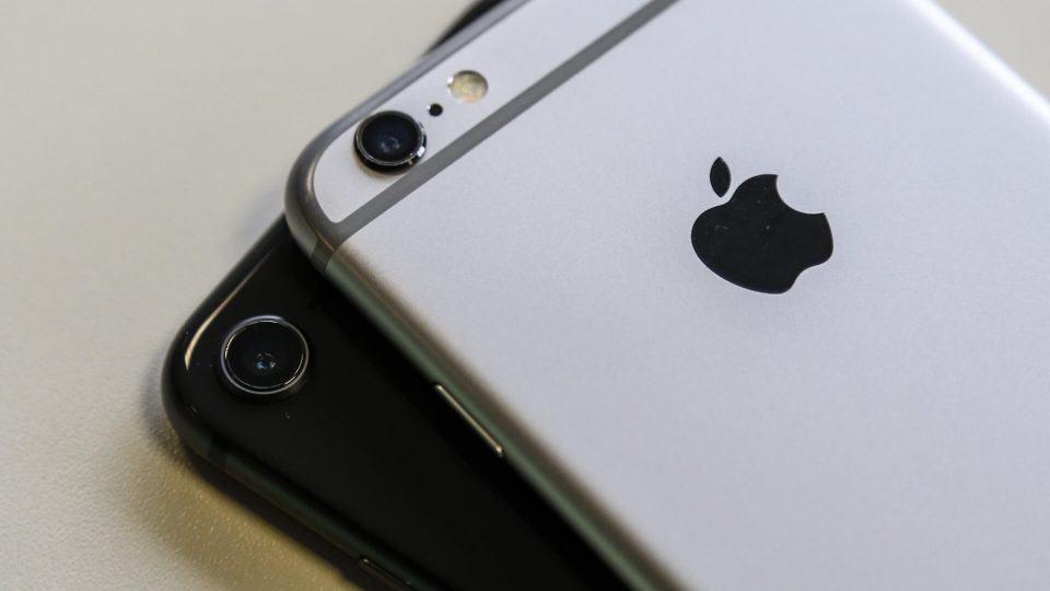 Detalhe das câmeras dos iPhones 6s e 8.