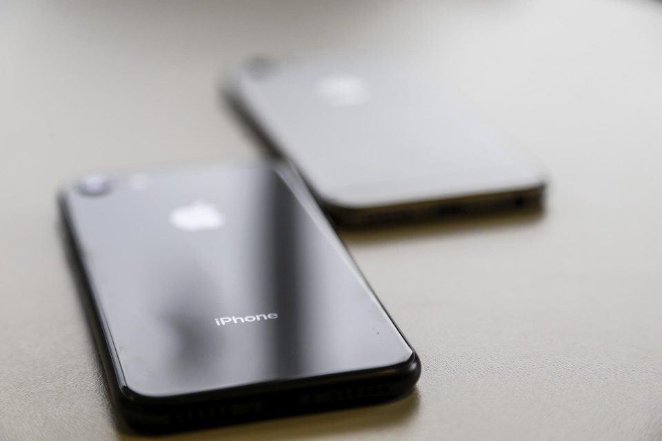 iPhone 8 e 6s dispostos em uma mesa.