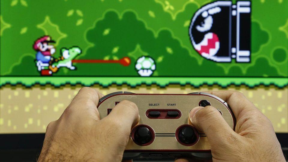 Jogando Super Mario Bros. com o 8bitdo F30 Pro.