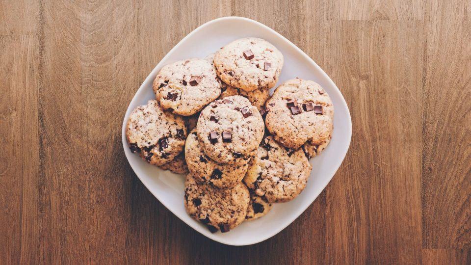 Uma bandeja de cookies sobre a mesa.