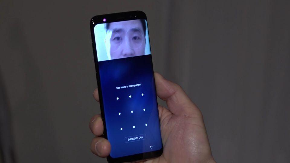 Um Galaxy S8 com a tela bloqueada procura pelos olhos do usuário.