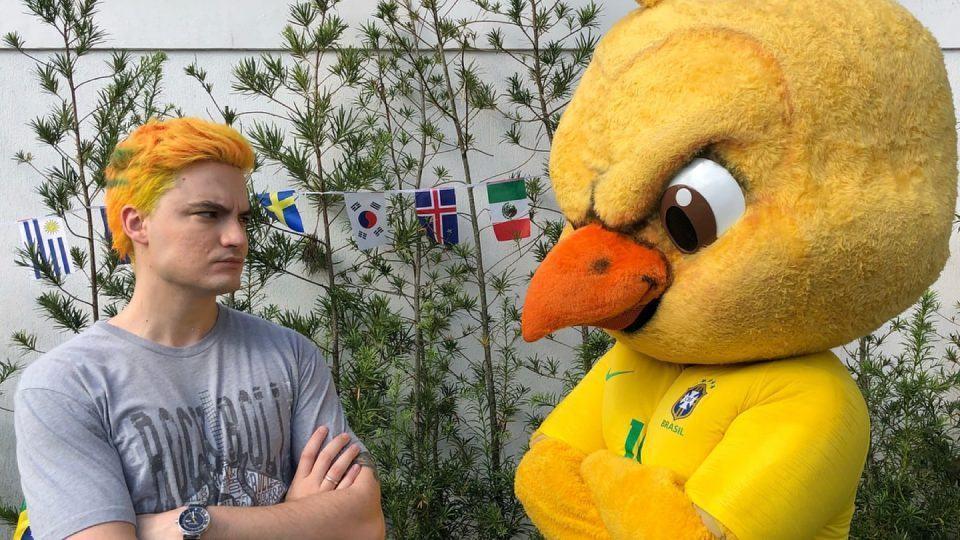 Felipe Neto encarando o canarinho bravo da CBF.