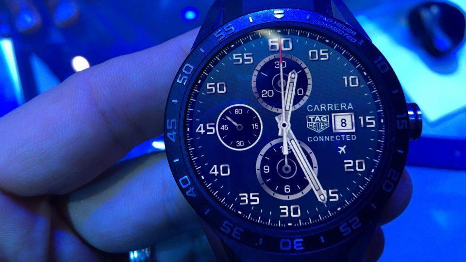 Close de um relógio da Tag Heuer com Android Wear.
