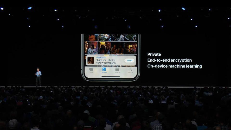 Palco da WWDC exibindo o Fotos com recursos de privacidade.