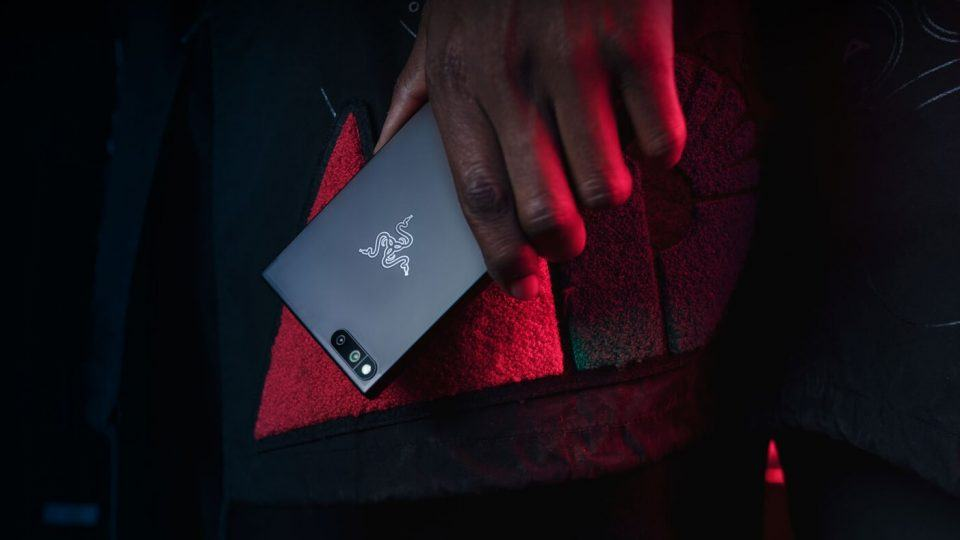 Smartphone da Razer no detalhe.