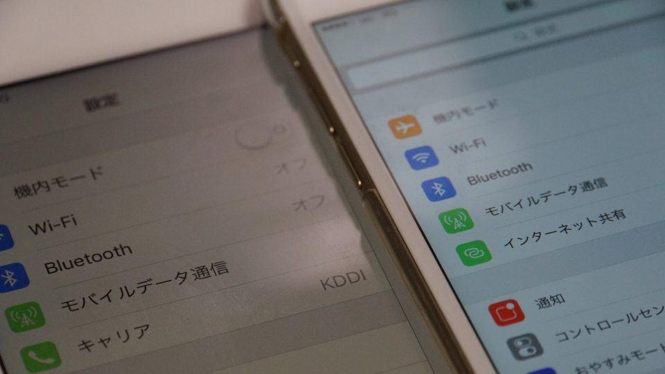 Comparativo com Night Shift ativado e desativado em dois dispositivos iOS.