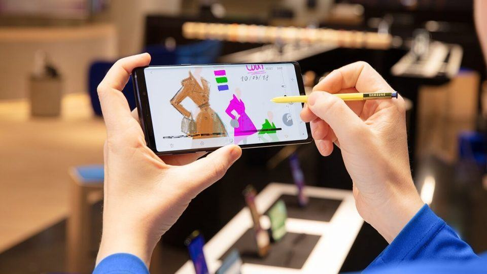 Pessoa desenhando em um Galaxy Note 9 com a S Pen.
