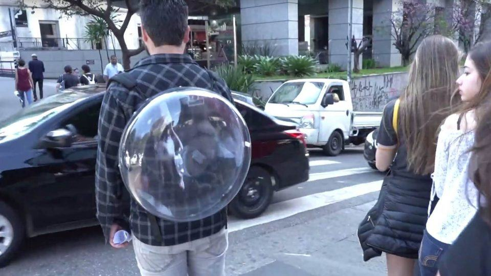 Transeunte observa mochila holográfica da Holo Ahead.