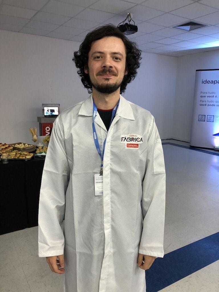 Rodrigo Ghedin vestindo um jaleco da Lenovo.