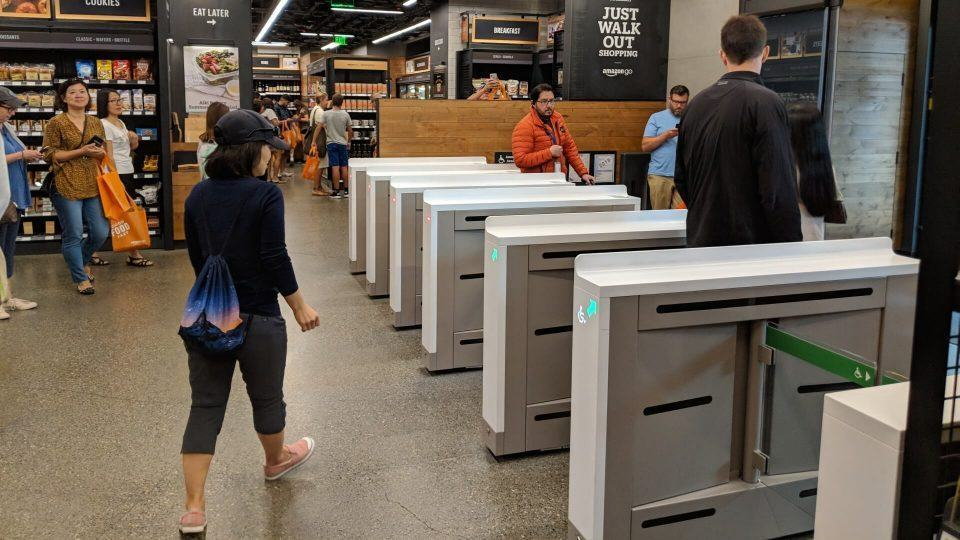 Foto de consumidores no interior da loja Amazon Go de Seattle.
